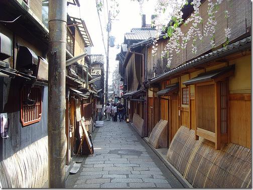 narrow street Kyoto Japan